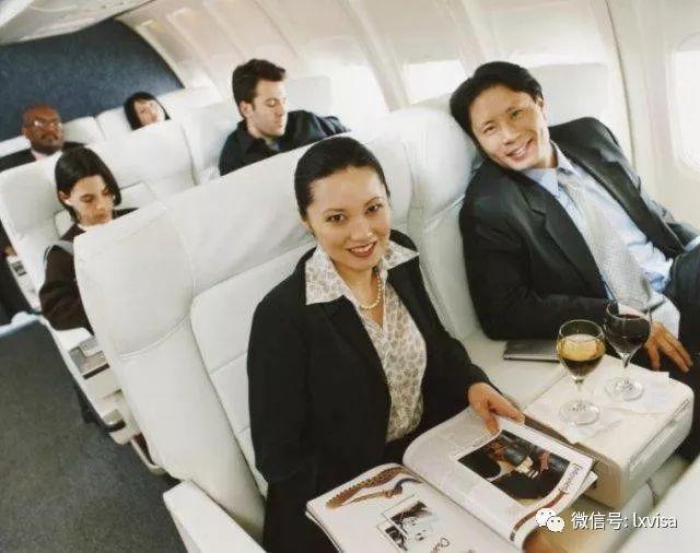 飞机起飞后,客舱广播会通知旅客,开始机上免税品服务,旅客可通过航空