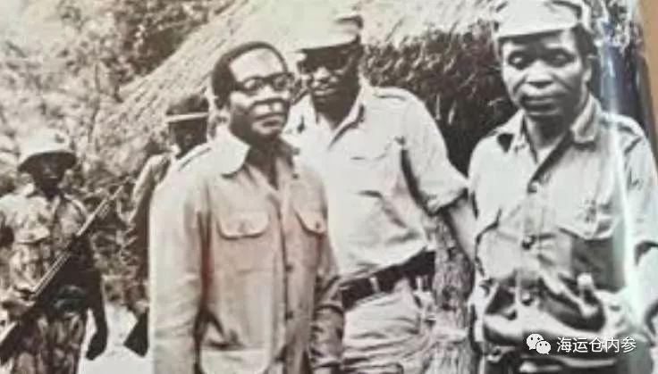 游击队时期姆南加古瓦(右一)和的穆加贝(右三)