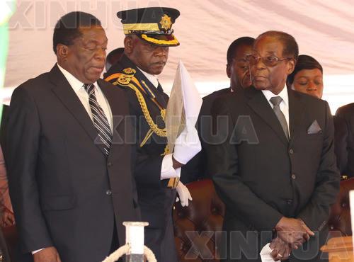 这是11月1日在津巴布韦首都哈拉雷拍摄的津巴布韦总统穆加贝(前右)和时任副总统的姆南加古瓦(前左)出席活动的资料照片。( 新华社发)