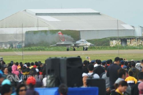 """台湾地区新竹空军基地21日举行开放预演活动,编号1428的""""IDF经国号""""战机因疑似遭鸟击而发电机失效,紧急落地后飞机冒出阵阵黑烟。图片来源:""""中央社"""""""
