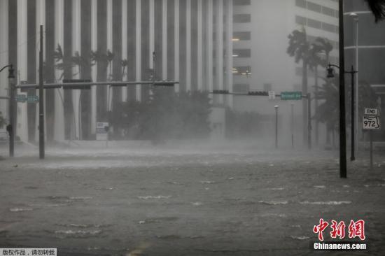 """资料图:飓风""""艾尔玛""""抵达美国佛罗里达州沿海地区时,迈阿密被水淹没的市区。"""