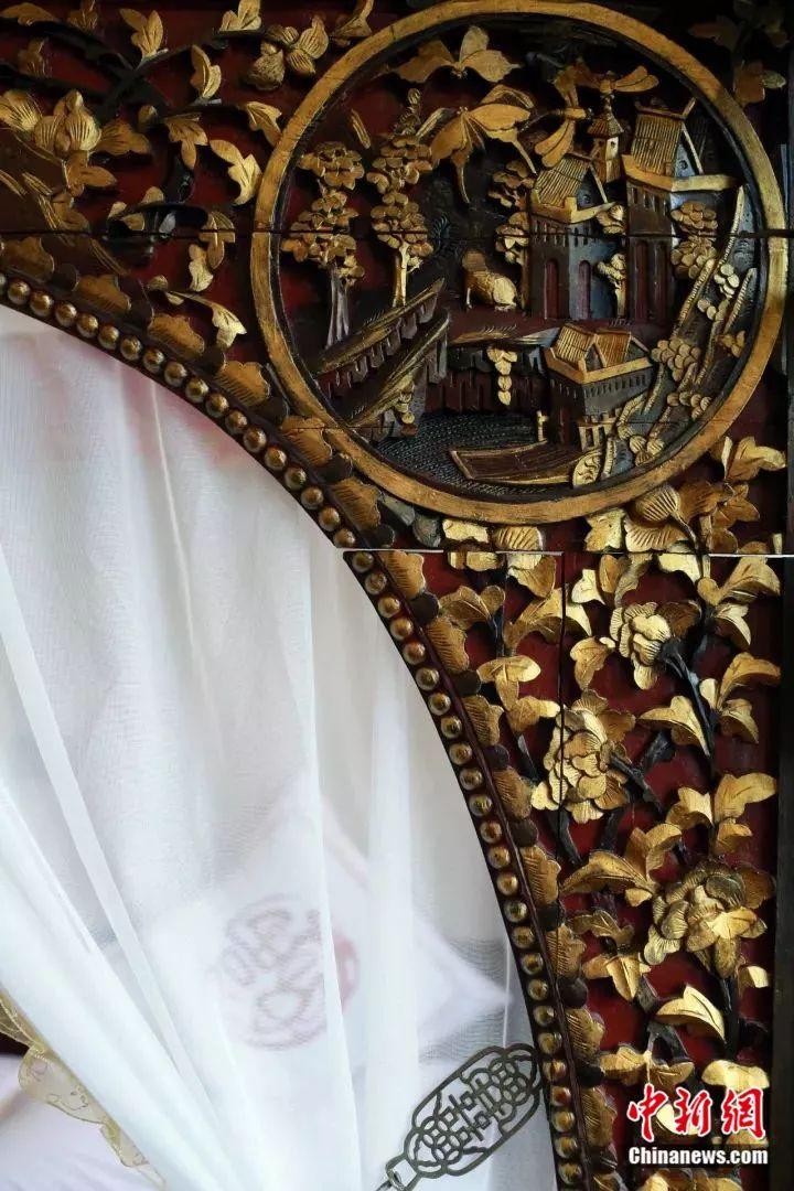 古床上寓意吉祥的雕刻装饰 王磊 摄