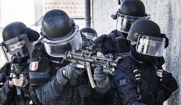 """资料图片:法国""""宪兵特勤队""""(GIGN)训练图。(图片来源于网络)"""