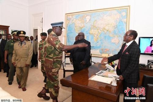 11月19日,津巴布韦总统穆加贝与军方谈判。