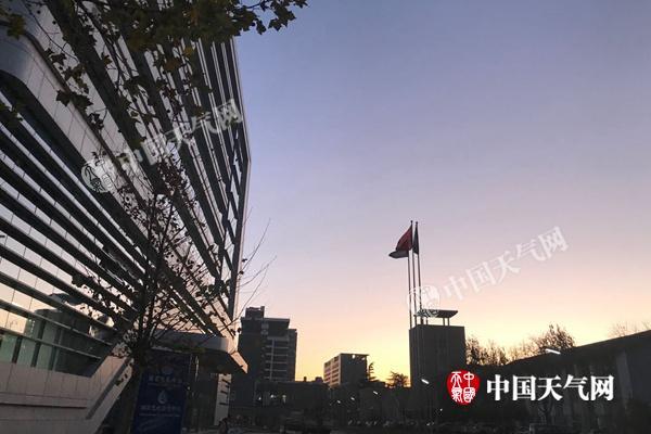 今晨,北京风力加大,天空澄澈。
