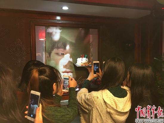 几位粉丝相约在火锅店为王源过生日