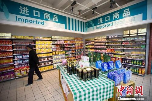 资料图:山西太原,民众正在超市挑选进口商品。 中新社记者 张云 摄
