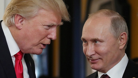 2017年11月11日,越南岘港,亚太经合组织第二十五次领导人非正式会议举行期间,俄罗斯总统普京与美国总统特朗普交谈。图片来源:视觉中国