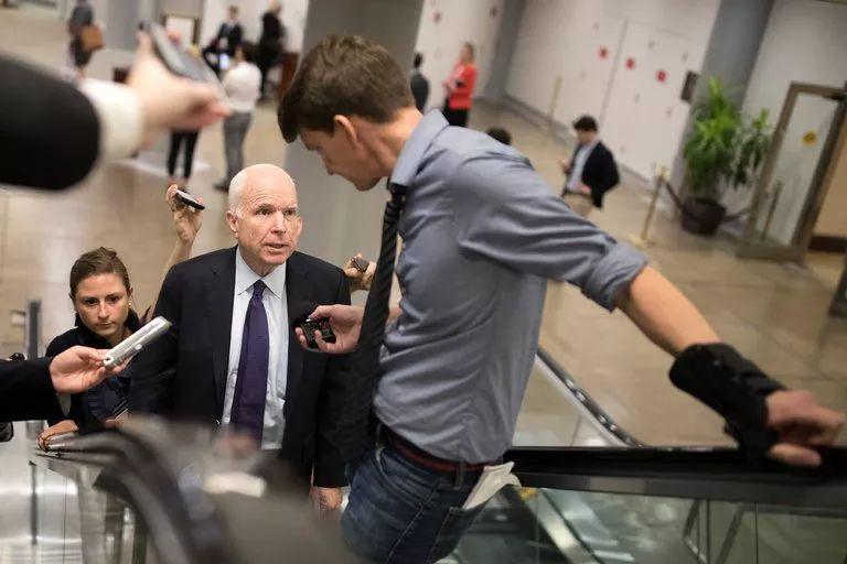 ▲参议院麦凯恩在国会为法案通过奔走。(美国《纽约时报》)