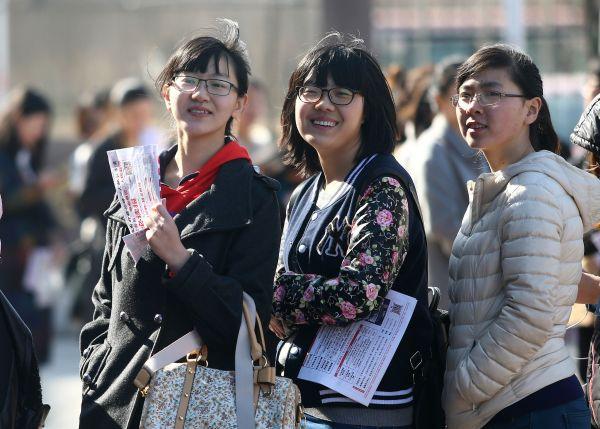 资料图片:女大学生等候进入招聘会现场。新华社发