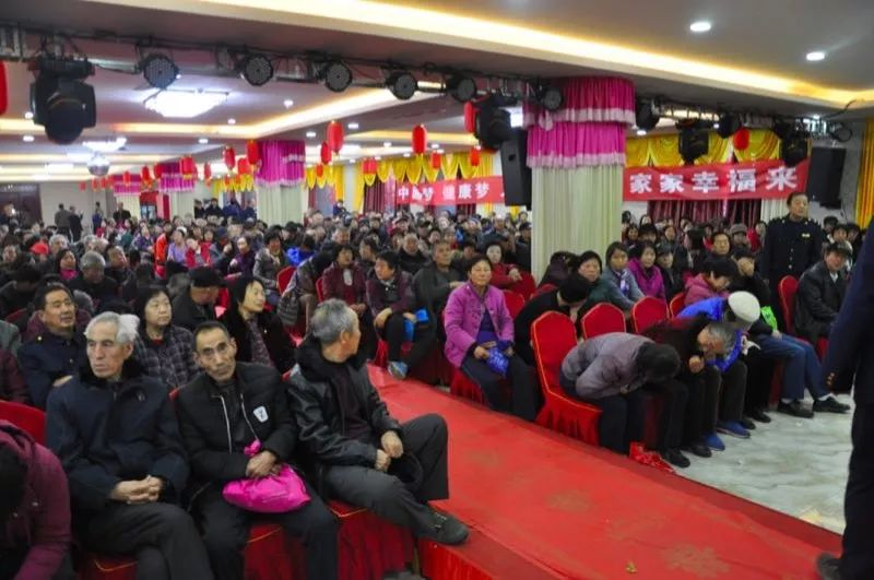 健康讲座现场有700多名老人来参加活动。受访者供图