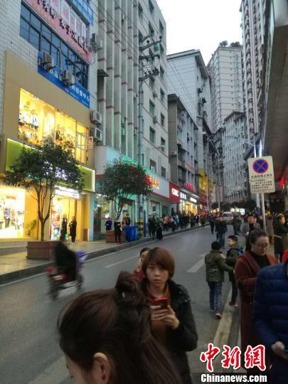 图为地震后在重庆彭水县城民众到街上避险。网友供图
