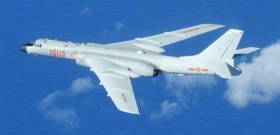 """8月24日,6架束缚军""""轰-6""""型轰炸机于飞至纪伊半岛海疆。(图源:台湾《结合报》)"""