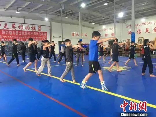 学员们学习格斗技巧。恩波格斗俱乐部供图。 来源:中新网