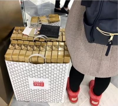 一位女游客的购物袋里,塞满了化妆品