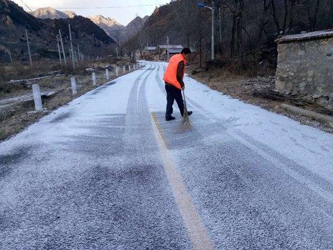 千家店镇水头村村民正在清扫门路。延庆区供图