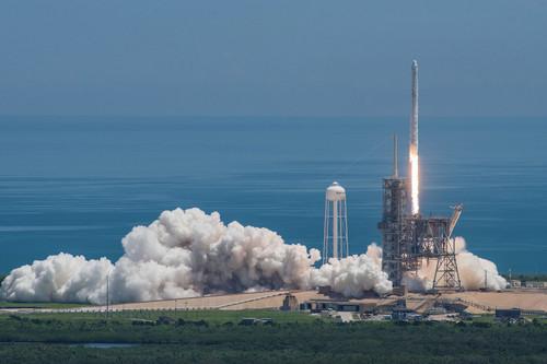 """资料图片:美国太空探索手艺公司8月14日公布的照片显示,""""猎鹰9""""火箭搭载""""龙""""飞船从美国佛罗里达州肯尼迪航天中央发射升空。新华社发"""