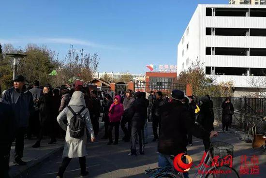 23日中午,家长在红黄蓝幼儿园管庄新天地分园门口聚集,希望获得园方回应。 人民网 尹星云 摄