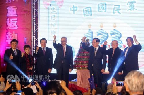 """国民党建党123周年庆祝大会24日上午在台北举行,国民党主席吴敦义(左4)、前主席马英九(左3)、洪秀柱(左2)、连战(右3)、吴伯雄(右2)及副主席郝龙斌(左)、曾永权(右)都出席。图片来源:""""中央社"""""""