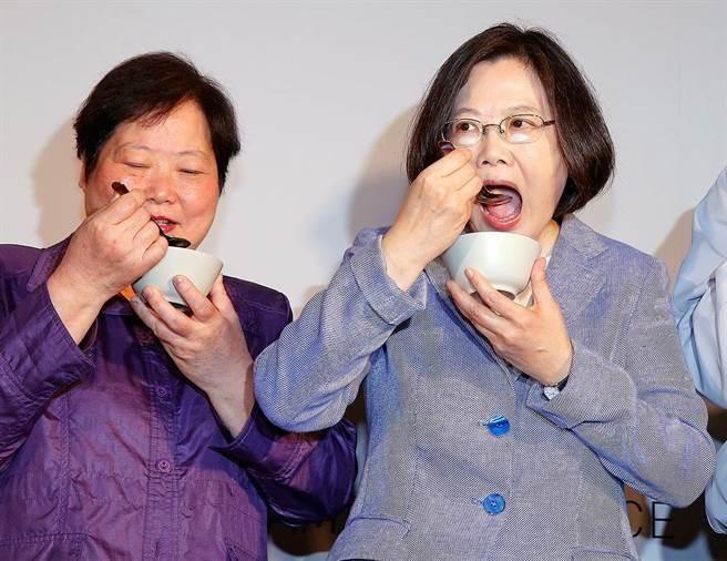 """蔡英文与她的表姐、台劳动部门负责人林美珠(图片来源:""""中时电子报"""")"""
