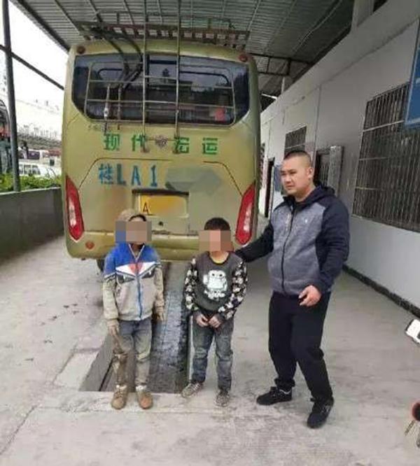 两名逃课的小学男生。 微博网友 图