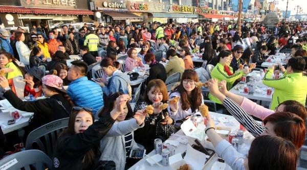 去年3月,数千名中企员工在仁川到场炸鸡啤酒派对