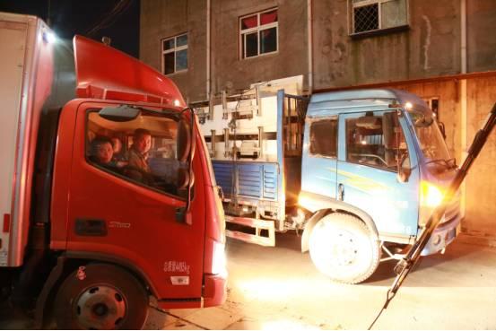 虽然搬迁的人少了许多,但夜里仍然会堵车。本报记者郝成摄影