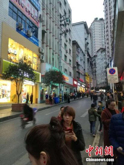 图为地动后在重庆彭水县城大众到街上避险。文/刘相琳 韩璐 网友供图