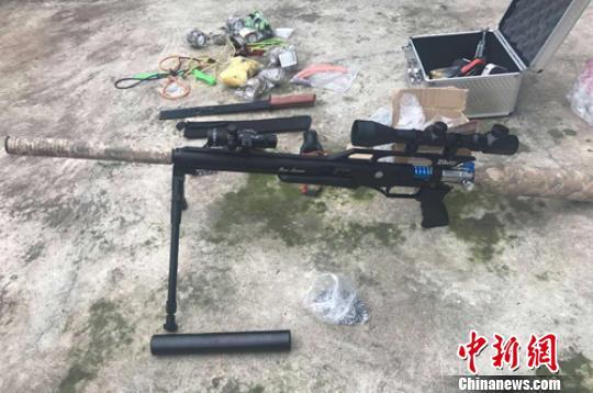 徐某家查获的仿真枪支等物品。 夹江警方供图