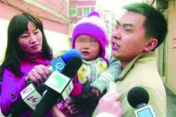 济南市民吕某(右一)给女儿起了一个既不随父姓、也不随母姓的诗意名字——北雁云依。 青岛早报 图