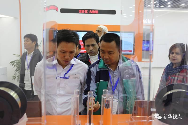 (图为柬埔寨外交与国际合作部官员索克·索西拉与缅甸测绘局官员昂觉敏在武汉烽火科技集团参观)