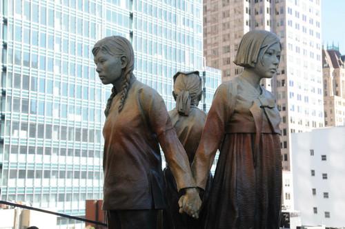 """美国旧金山市圣玛丽广场上的""""慰安妇""""塑像。"""