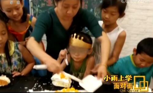 这是6月18日,热心的家长和同学为小雨过9岁生日时的情景。