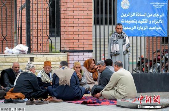 资料图:当地时间11月25日,埃及清真寺恐袭受害者亲属在医院外等候。
