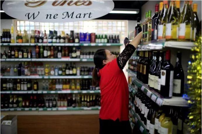 ▲上海一家葡萄酒超市 图片来源:路透社