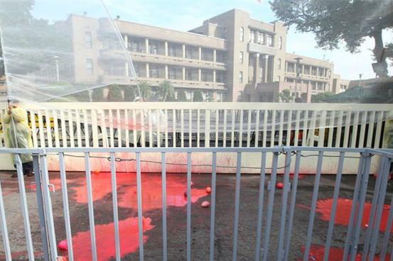 台湾行政机构大门内外被当场染红。(图片来源:台媒)