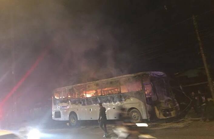 """泰国旅游大巴起火被烧毁 满车中国游客死里逃生"""""""