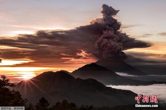 当地时间11月27日,印度尼西亚巴厘岛阿贡火山日前接连喷发,当地民众和当局都对此提高警惕。