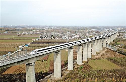 11月22日,西成高铁进入全线拉通试验阶段,计划于今年年内开通运营。 (新华社发)