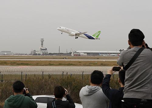 """11月10日11时38分,中国国产大飞机C919首架机一飞冲天,开启超过1300千米的""""远行""""。 中新社记者 殷立勤 摄"""