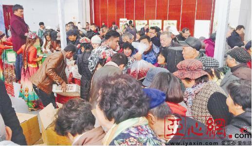 在天津推介会上,策勒红枣受到天津市民的欢迎,大家争相购买。通讯员孙青松提供