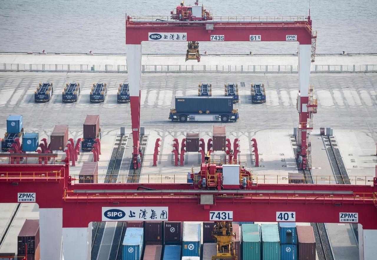 7月25日,AGV(自动导引运输车)在上海洋山深水港四期工程码头调试运行。 新华社记者申宏摄
