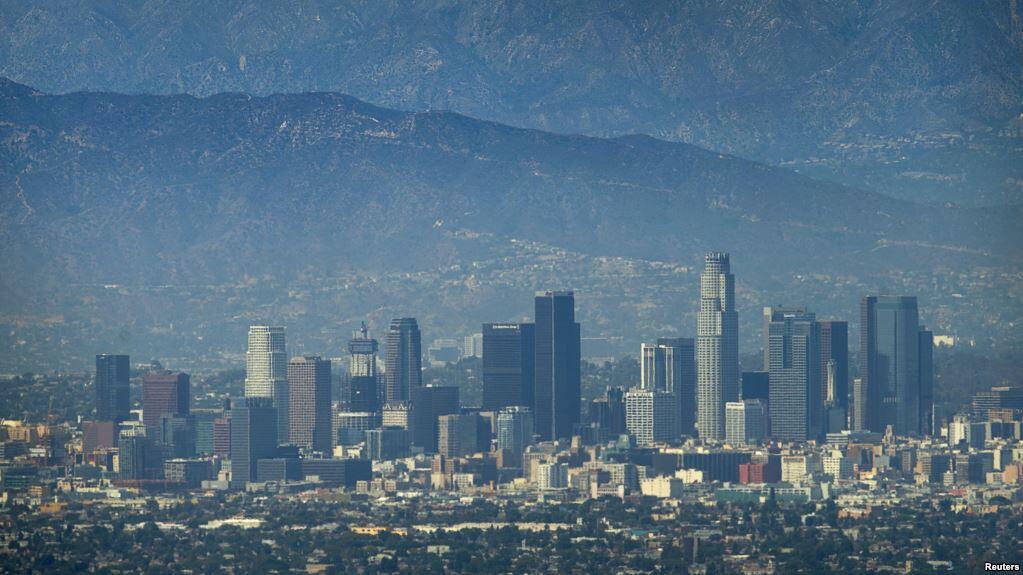 美国加州圣盖博山下的洛杉矶市。圣盖博市和洛杉矶市都是圣盖博郡的一部分。