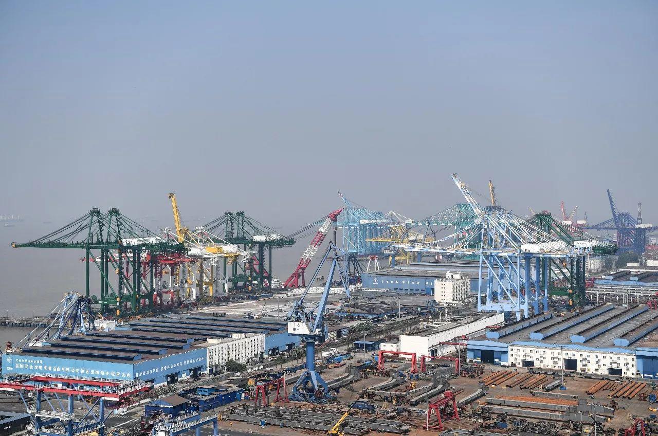 7月27日拍摄的位于上海长兴岛的振华重工长兴生产基地。 新华社记者申宏摄