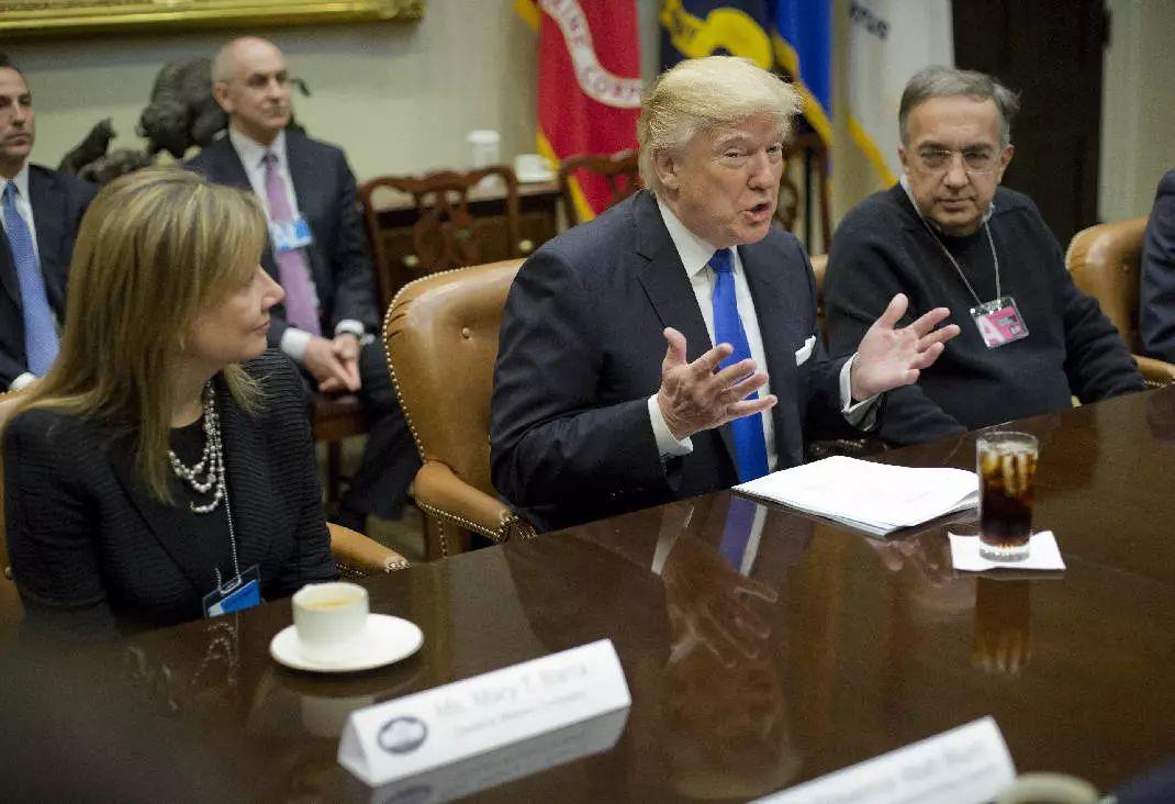 ▲资料图片:2017年1月24日,美国华盛顿,美国总统特朗普在白宫会见数名汽车行业高管。