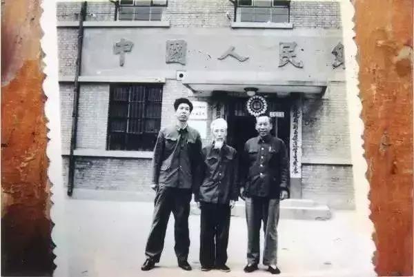 马文蔚与群人站在中国人民银行标注识下合影