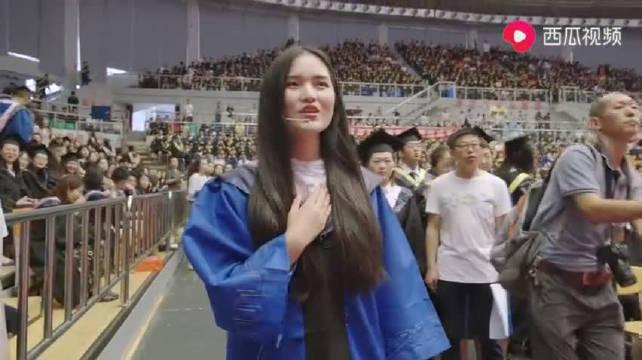 青岛大学毕业典礼一首高音版《起风了》点燃全场,这才是青春的样