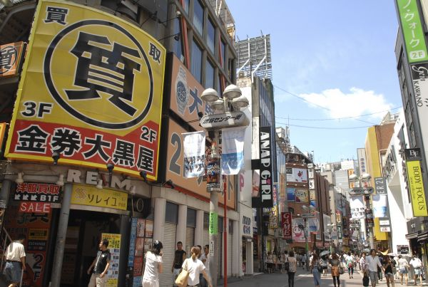 行人走在日本東京街頭。