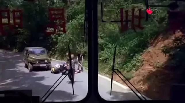 经典电影,郭德纲和赵本山都有参演,救了一车人,却被乘客赶下车