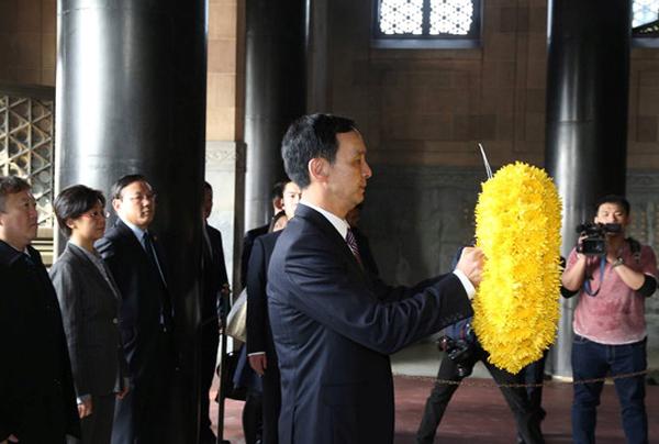 3月22日,台湾新北市长朱立伦到南京中山陵致祭孙中山。 新北市政府 供图